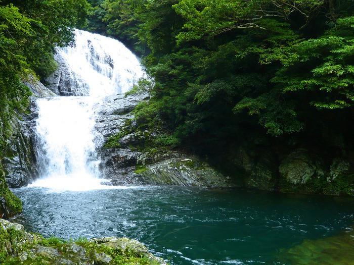 こちらで観光♪涼しげな二段の滝「雫の滝」2205826