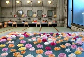 日本三名泉の下呂温泉でくつろぐ、大浴場のバラ風呂2205777