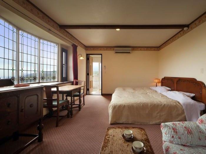 優美なアンティーク家具にうっとり。客室露天風呂のバラ風呂2205724