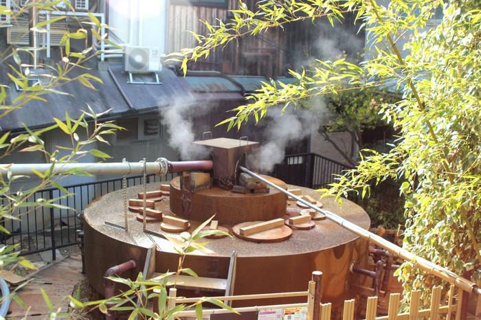 こちらで観光♪高温の源泉が湯けむりをあげている「天神泉源」2205806