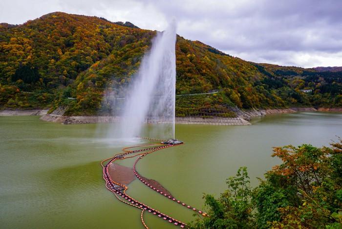 こちらで観光♪日本一の噴射高!緑豊かなダム湖「月山湖」2205709