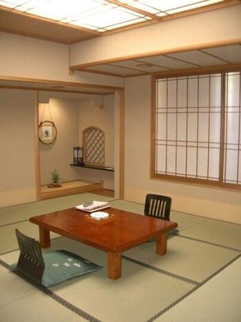日本三名泉の下呂温泉でくつろぐ、大浴場のバラ風呂2205788