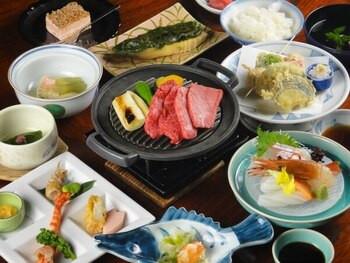 日本三名泉の下呂温泉でくつろぐ、大浴場のバラ風呂2205778